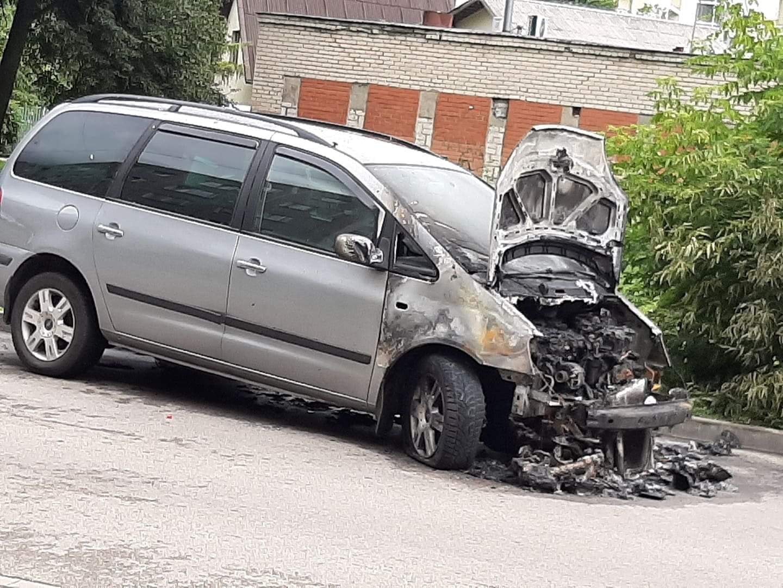 Naktī Ķengaragā sadega auto