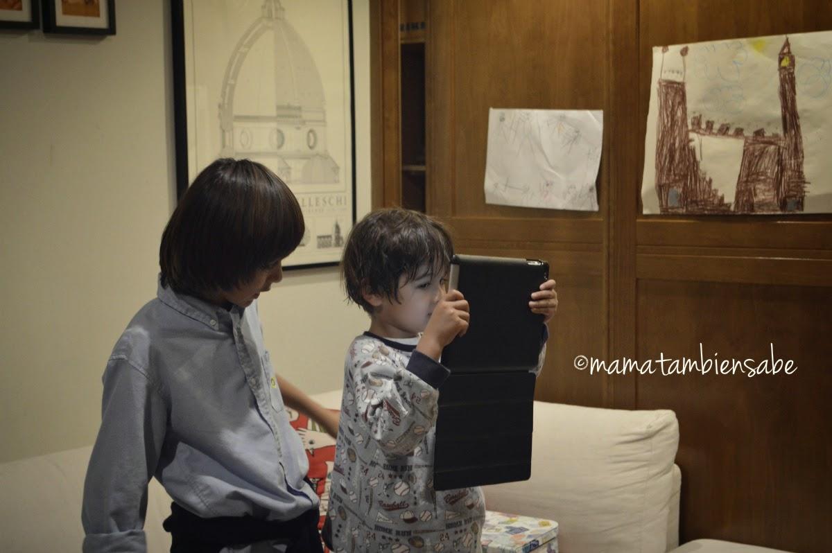 Mis hijos jugando a ser YouTubers con iPad en mano