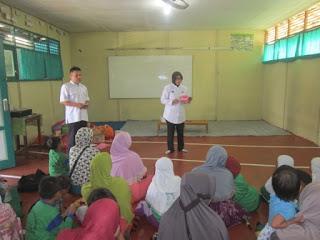 Kegiatan FGD Parenting Murid Kelas I MI Al Raudlah dari Puskesmas Kelayan Timur
