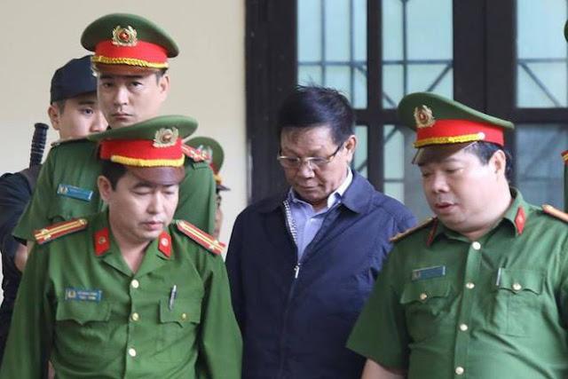 Bị cáo Phan Văn Vĩnh được áp giải vào phiên tòa