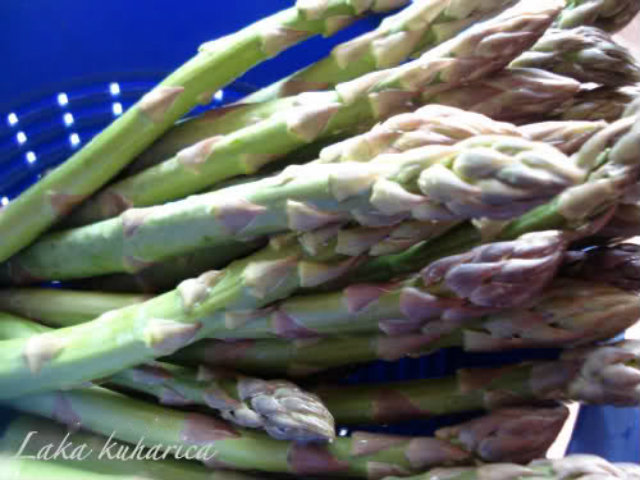 Parcels with asparagus, mozzarella and prosciutto by Laka kuharica: Blanch the asparagus
