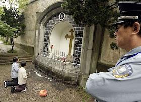 Fiéis vivem acossados pela repressão policial. Cena no santuário de Sheshan