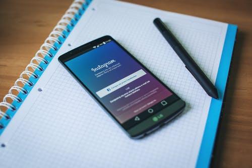 foto de um telemóvel com o login de um instagram