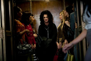 Cheyenne (played by Sean Penn) surrounded by girls in an elevator, This Must Be the Place, Directed by  in Paolo Sorrentino