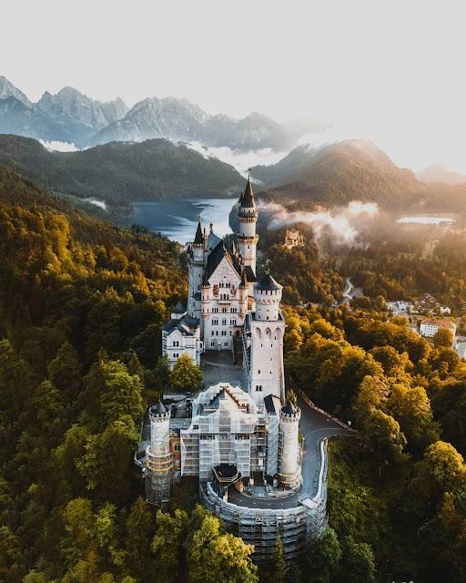 Nổi bật với những tòa tháp nhọn được xây dựng theo kiến trúc Tân Lãng mạn, Neuschwanstein được xem là nguồn cảm hứng chính để các nhà làm phim Disney tạo nên tòa lâu đài quen thuộc trong hai bộ phim hoạt hình Cinderella (nàng Lọ Lem) và Sleeping Beauty (công chúa ngủ trong rừng).