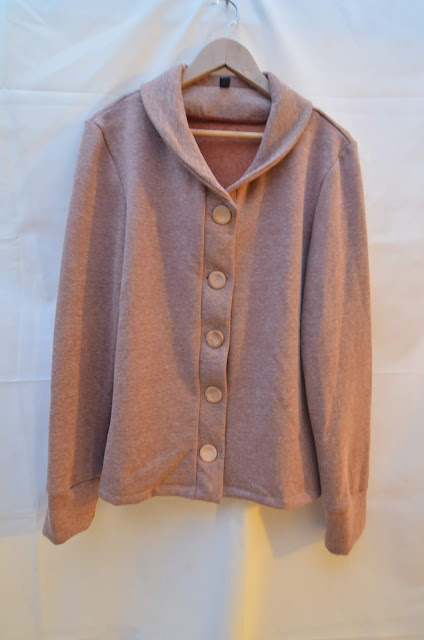Newcatle cardigan with small collar and wood-effect buttons