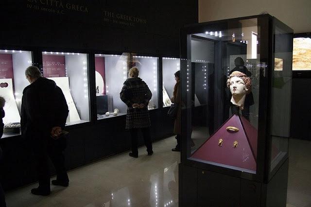 Visitantes observando peças expostas no Museo Nazionale Archeologico