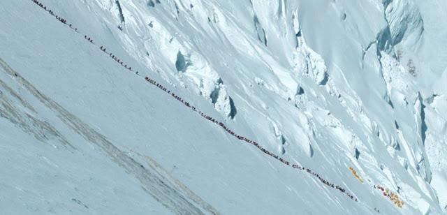 antrian jalur pendakian gunung everest