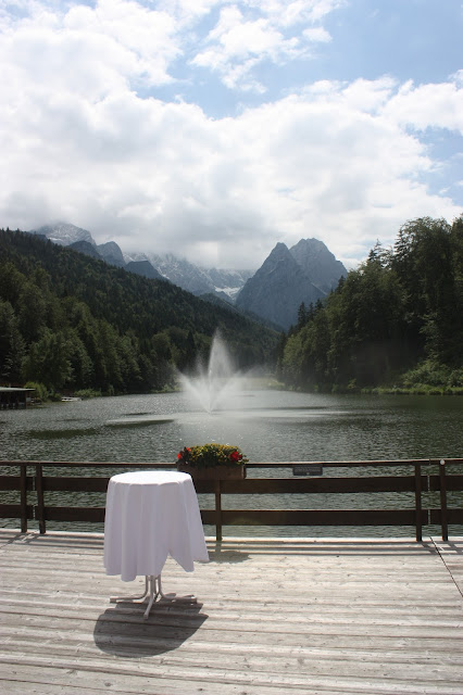 Hochzeitsempfang am See - Internationale Hochzeit mit Gleitschirmflug des Bräutigams, Riessersee Hotel Garmisch-Partenkirchen, besondere Trauungen, Hochzeit in Bayern, #Riessersee #Garmisch #Gleitschirm #Hochzeit #Tandemflug #heirateninbayern