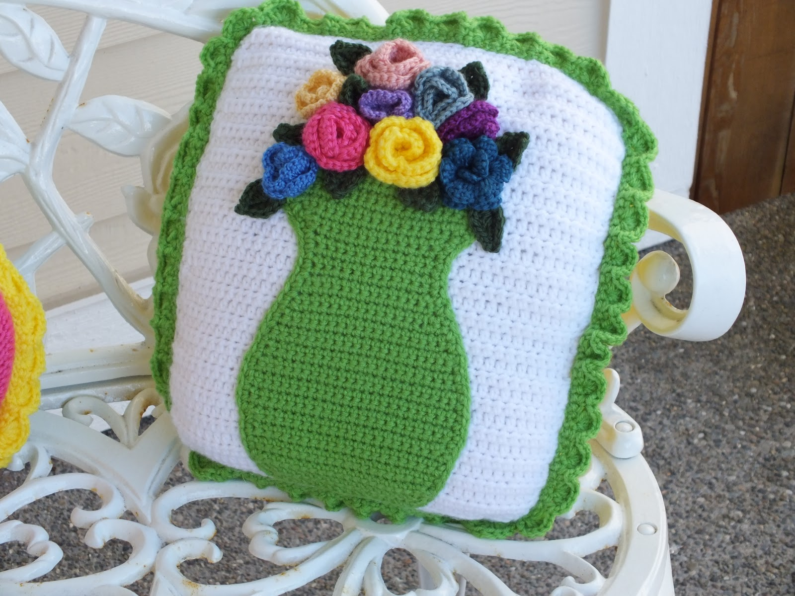 connie 39 s spot crocheting crafting creating summer porch pillow vase applique. Black Bedroom Furniture Sets. Home Design Ideas