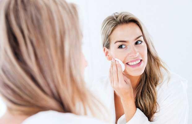 teknik cara facial sendiri di rumah perawatan muka wajah klinik salon kecantikan kapster beautician beauty advisor blogger vlogger indonesia jerawat acne bekas luka dokter aman bahan alami membuat ramuan tahap proses langkah jenis macam keuntungan kelemahan