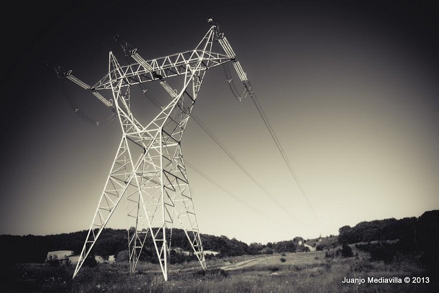 Torre de alta tensión sobre campo castellano