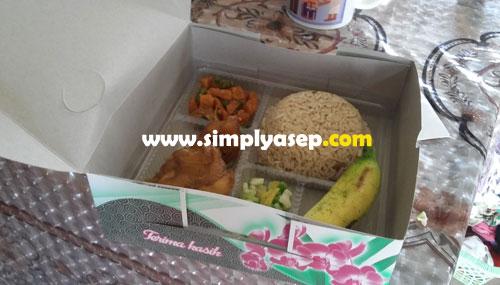 ALHAMDULILLAH : Inilah nasi kotak pemberian dari tetangga yang tiba tiba datang ke rumah menyampaikannya langsung kepada saya. Sederhana namun sangat disyukuri.  Foto Asep Haryono