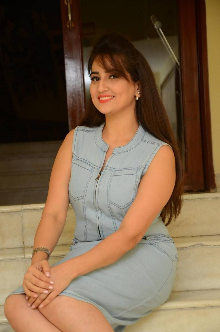 Anchor Manjusha Hot Thigh Show Stills In Blue Top