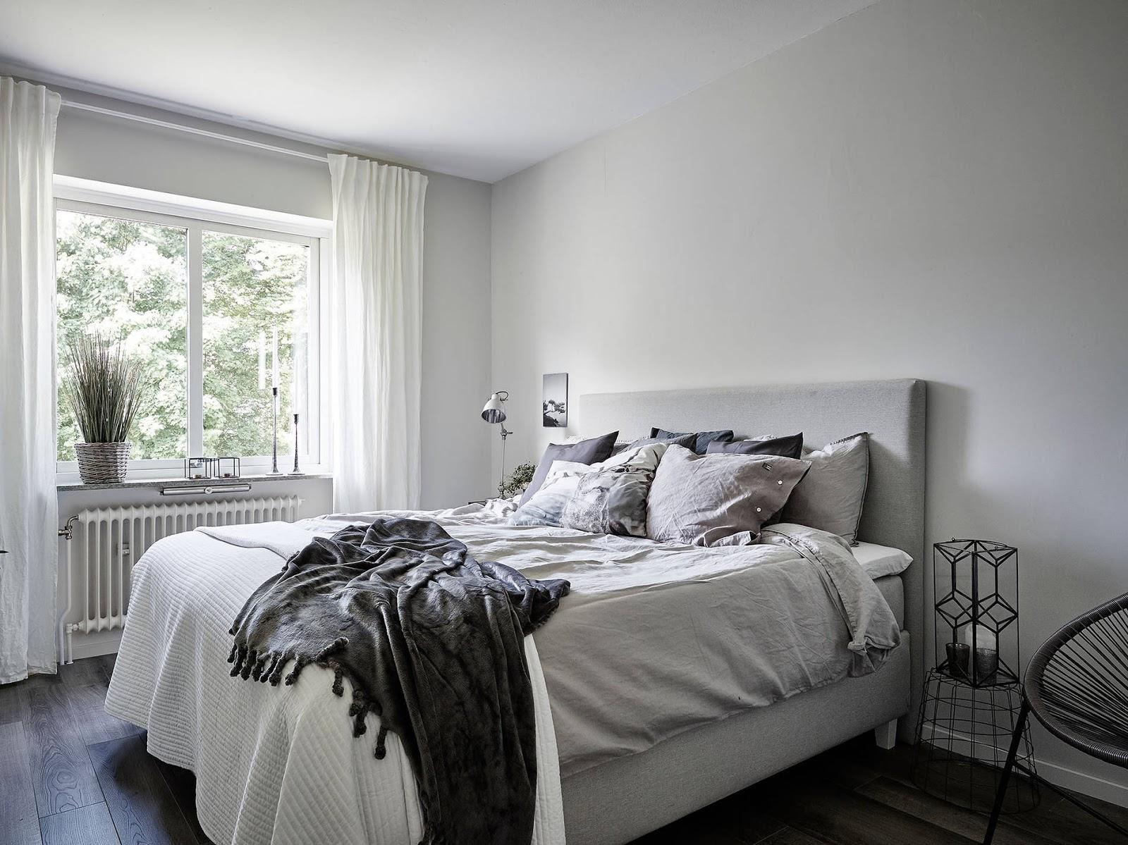 białe zasłony, sposoby na małą sypialnie, IKEA