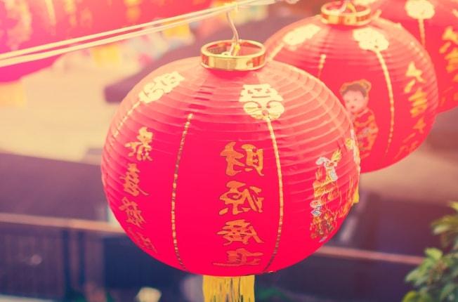 Pasang Lampion Jelang Perayaan Tahun Baru Imlek