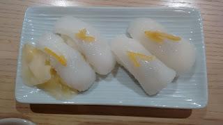 Variado de niguiris de calamar y sepia con limón