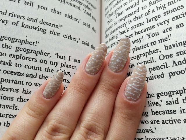 książkowe paznokcie