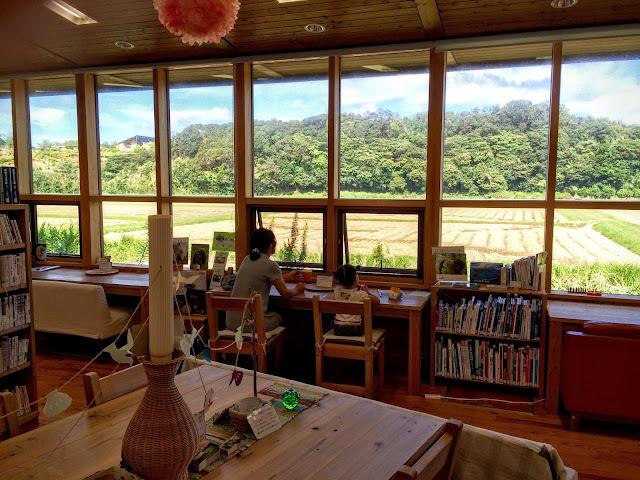 海士町中央図書館の窓辺