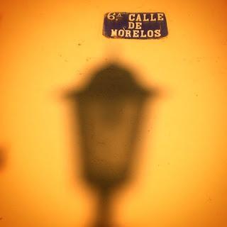 La sombra de un farol en una calle de San Luis Potosí