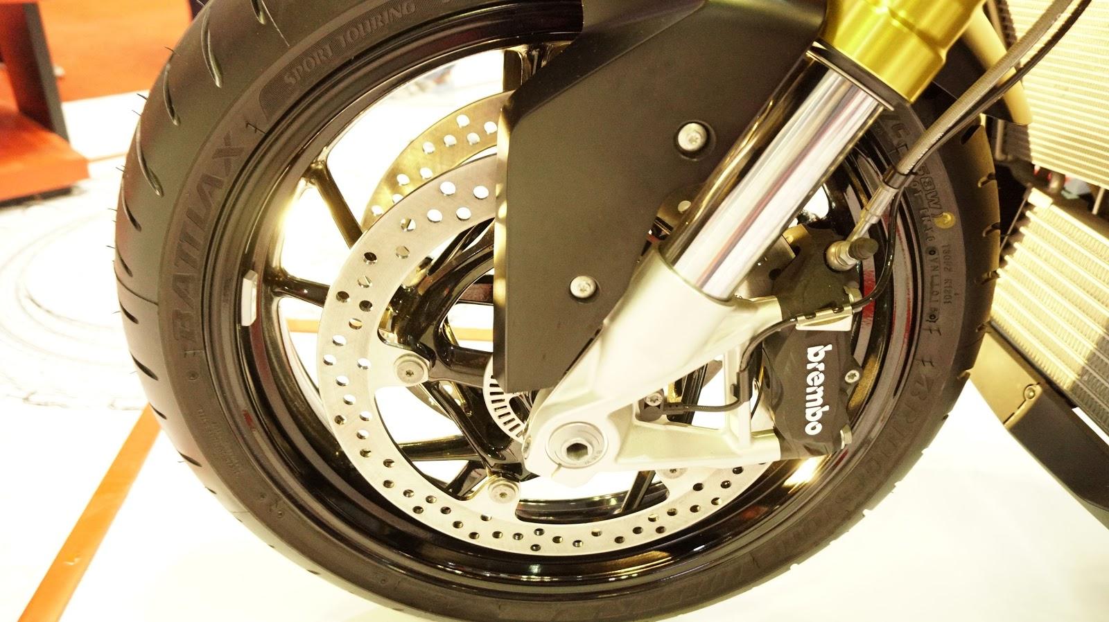 Xe sử dụng hai đĩa phanh kèm hệ thống phanh ABS, phuộc hành trình đến 150 mm.
