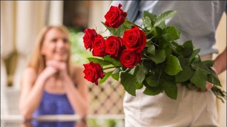 Mengapa Wanita Senang Saat Diberi Bunga oleh Kekasihnya?