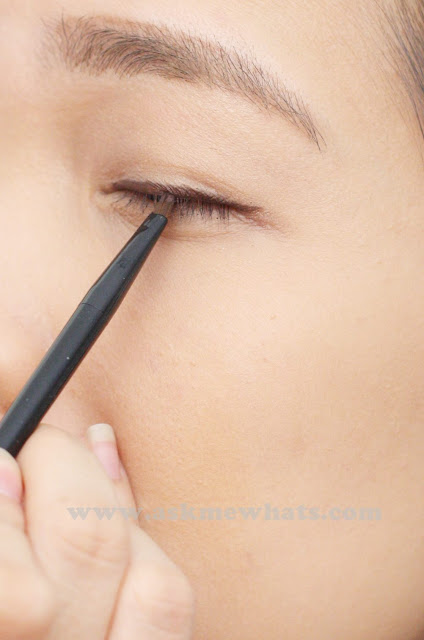 a photo on how to apply  L'Oreal 24H Super Liner Waterproof Gel Eyeliner in Brown