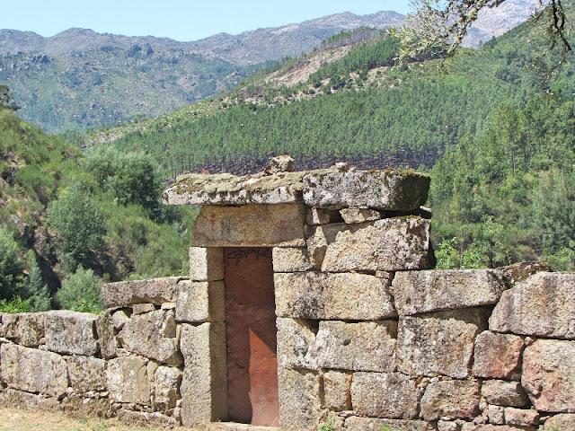 porta de ferro em parede de granito
