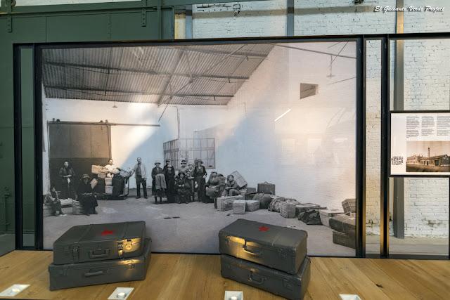 Museo Red Star Line, pasajeros esperando con equipaje- Amberes por El Guisante Verde Project