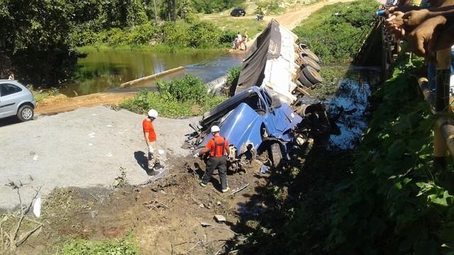 Caminhão mata motociclista atropelado e veículos caem de ponte de madeira em Upanema,