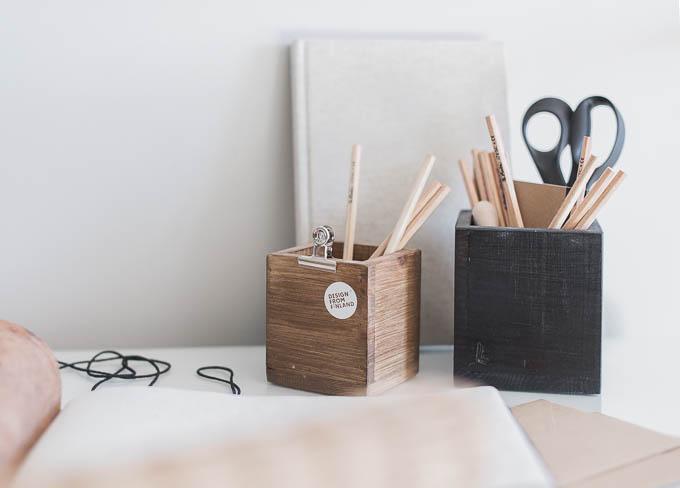 laatikkokauppa, työpiste stailaus, puinen kynäpurkki