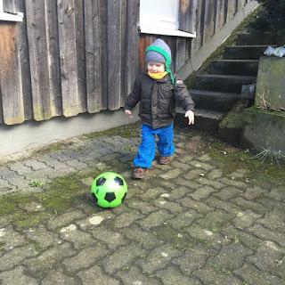 Christkind spielt Fußball