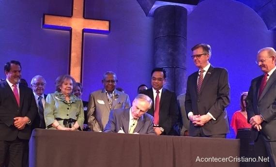 Gobernador Greg Abbott, firma la ley que protege a pastores en Texas