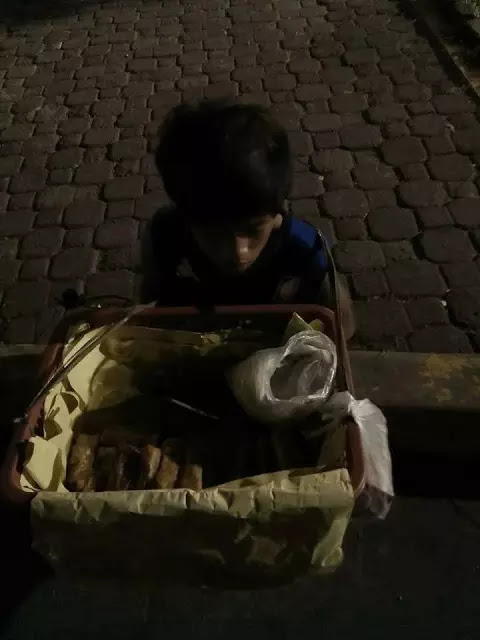 Berjualan Hingga Larut Malam Demi Hidupi Sang Nenek, Bikin Netizen Nangis