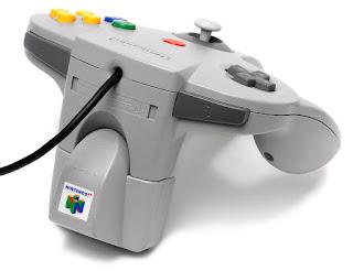Control de N64 con Rumble Pak, el cual sirve para salvar cambios en los juegos