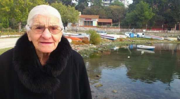 Οι Αγγλογάλλοι μας κόβανε τα χέρια το '22 στη Σμύρνη. Η 96χρονη κ. Ελευθερία θυμάται...