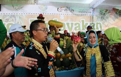 Puncak Festival Way Kambas, Pemkab LamTim Bagikan Buah Secara Gratis