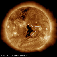 Dziura koronalna w centrum tarczy. Zdjęcie z SDO z kanału AIA193 z 8 września. Strumień wiatru podwyższonej prędkości (CHHSS) przez nią uwalniany powinien osiągnąć Ziemię po około 5 dniach. (SDO)