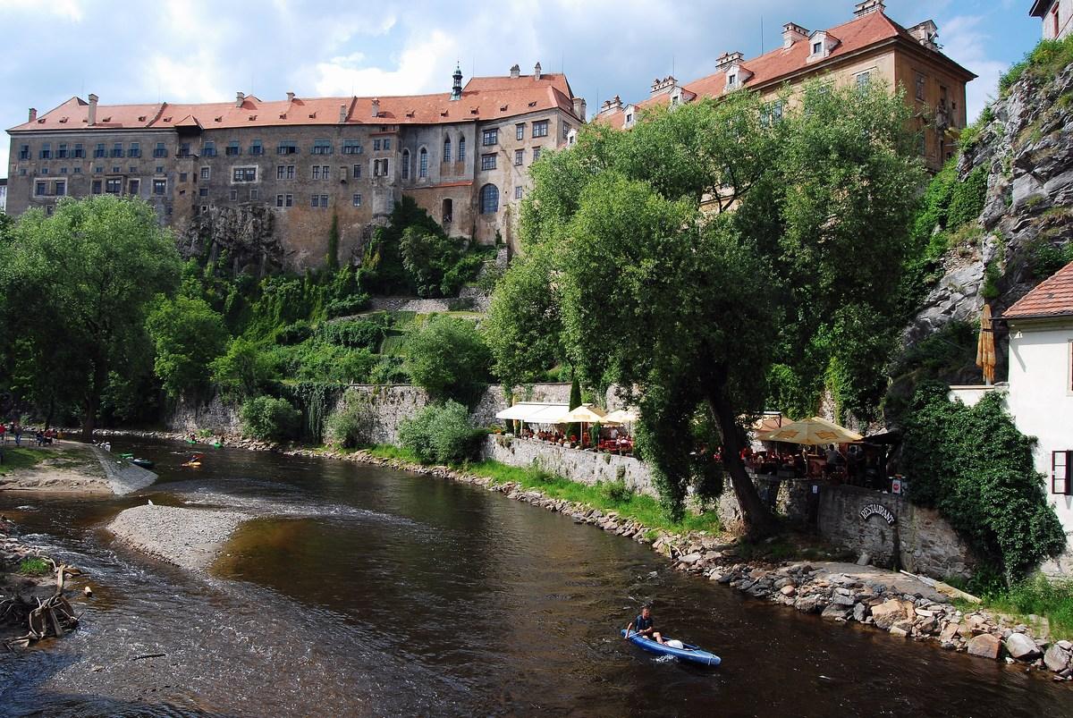 les immenses bâtiments du château dominent la petite rivière Cesky Krumlov