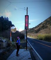 2℃と気温を示す電光掲示板の前にて立つ女性ランナー