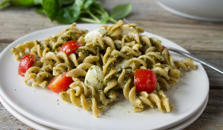Easy Caprese Pesto Pasta Salad