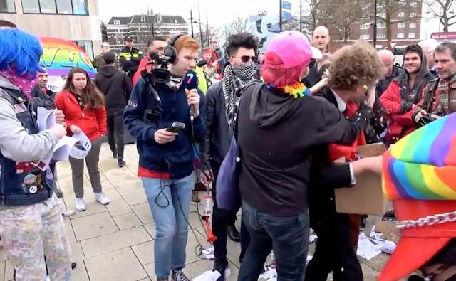 Holanda - Ativistas LGBT agridem cristãos aos gritos de 'Deus é gay'
