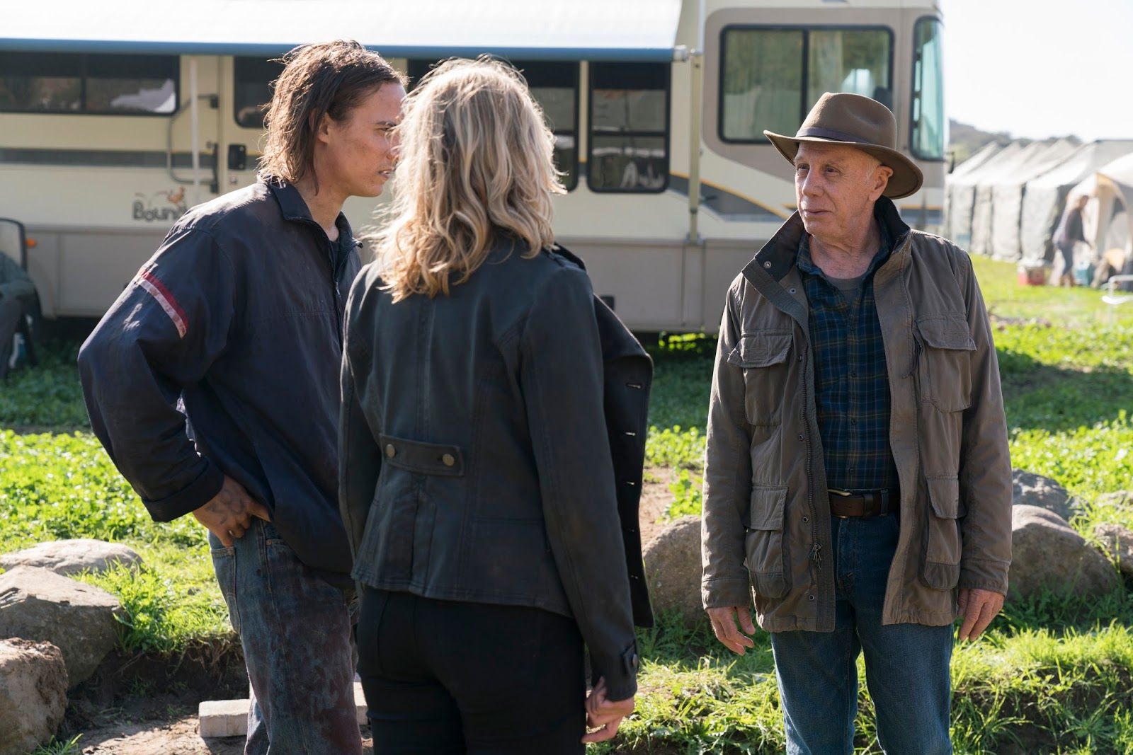 Jeremiah, Madison y Nick durante el episodio 2 de la tercera temporada de Fear The Walking Dead