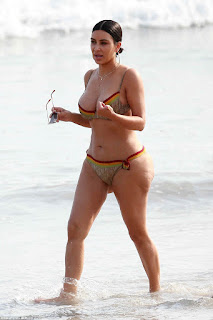 Kim Kardashian look sexy hot on bikini