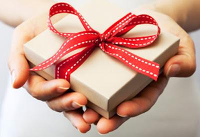 10 Hadiah Populer Yang Sering Pria Berikan Pada Pacarnya