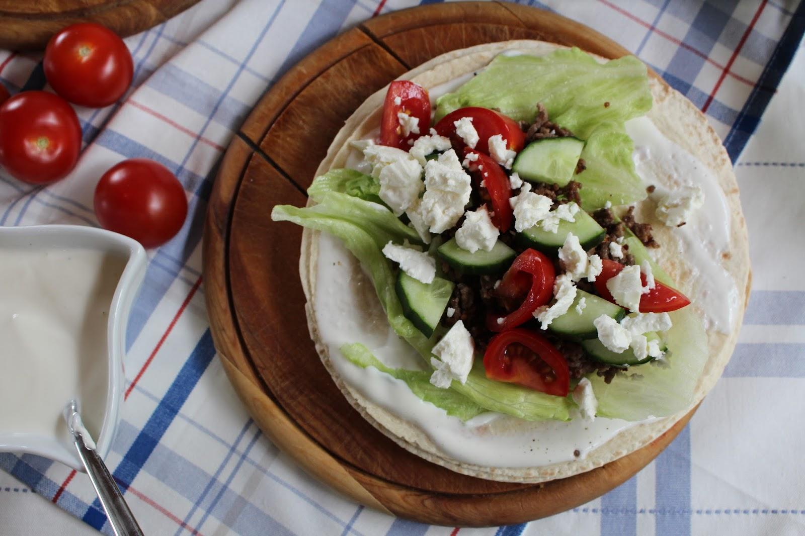 Tortilla Wraps mit pikantem Rinderhack, Tomaten, Gurke und Schafskäse - einfach und köstlich!