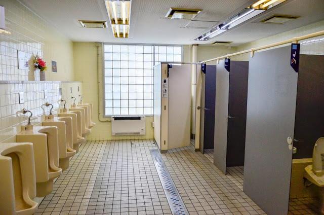 Seorang Pria di Tokyo Menemukan Toilet Umum Penuh dengan Sampah yang MIsterius