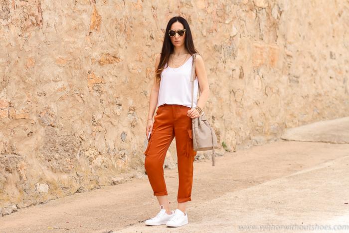 Como combinar unos pantalones cargo naranja saten