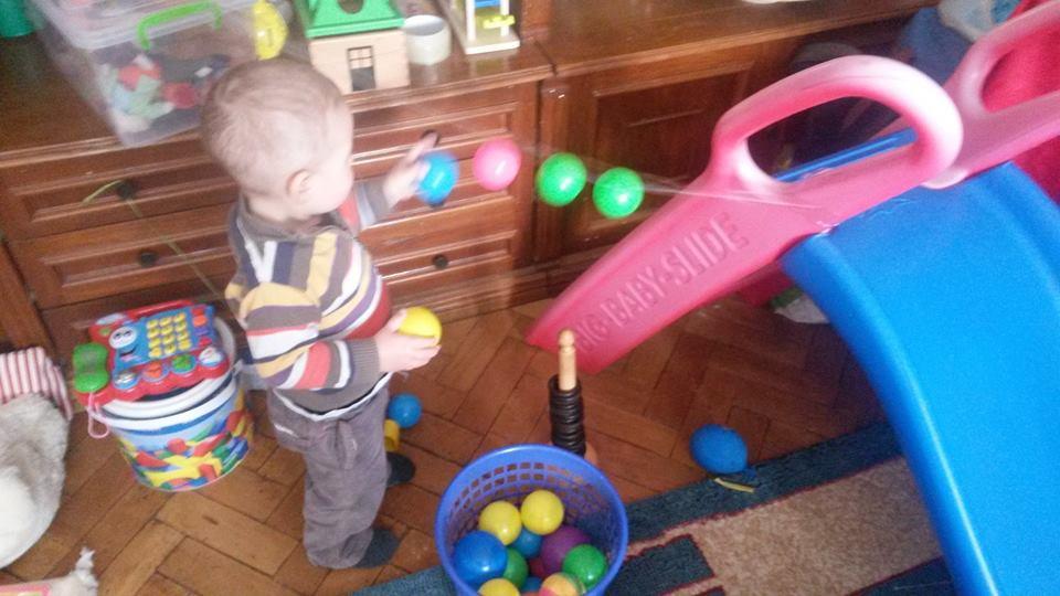 Jocuri Pentru Copii Mari şi Mici Bile Colorate Pe Sfoara