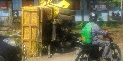 Truk Terbalik di Padang Bulan, Jayapura